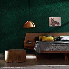 Das Waldmotiv ist in diesem natürlichen Schlafzimmer überall präsent: Die dunkelgrüne Tapete, der hellbraune Teppich und die Bettwäsche weisen das Muster  … Interior Styling, Interior Design, Couch, Decoration, Ottoman, Sweet Home, Bedroom, Green, Furniture