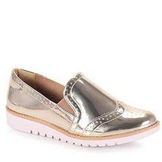 Sapato Oxford Feminino Ramarim 16-90204, confeccionado em material sintético envernizado. Traz elástico nas laterais para melhor calce. Forro macio e a palmilha é revestida em PU para maior conforto d