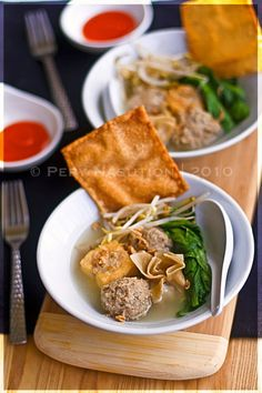 Bakso is such a staple meatballs soup in Indonesia and enjoyed by people at any ages. It's important to eat it with sambal bakso. Malaysian Cuisine, Malaysian Food, Malaysian Recipes, Indian Food Recipes, Asian Recipes, Healthy Recipes, Healthy Food, Peranakan Food, Indonesian Cuisine