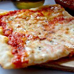 La pizza a casa mia è ormai diventato un must del sabato sera … e mi piace provare tanti impasti nuovi e diversi tra loro per trovare la mia pizza perfetta!!! Quella che vi propongo qui l'ho scoperta ad un corso di panificazione e devo dire che se vi piace la pizza croccante, morbida e saporita ques