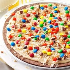 It's impossible to eat just one piece of this dessert pizza with a chewy, chocolaty crust, creamy peanut butter frosting and mouthwatering sweet and crunchy toppings. It's warmly received wherever I take it. Great Desserts, Cookie Desserts, Summer Desserts, Delicious Desserts, Dessert Recipes, The Pioneer Woman, Dessert Pizza, Dessert Bars, Brownie Frosting