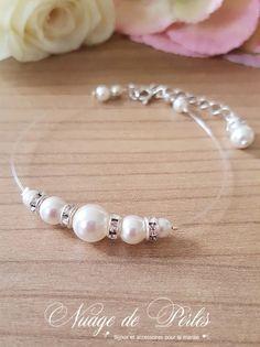 optez pour un bracelet de mariée composé de perles et de strass pour le jour de votre mariage. un bracelet de mariée délicat et raffiné qui pourra être reporté
