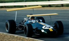 """John Arthur """"Jack"""" Brabham """"volando"""" a bordo de su Brabham BT26A Ford Cosworth DFV 3.0 V8. para el GP de Kyalami de 1969... No era Red Bull pero si que tenia alas..."""