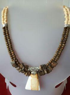 2 strand Multi necklace. Gemaakt van kokos blokjes, houten kleine kralen en vanillekleurige glaskralen. Daaraan een natuurstenen hanger. Verdelers en tussenkraal zijn van Tibetaans zilver