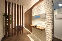 異素材の融合で織りなすエントランスが、新たなライフステージへいざなう |オフィスデザイン事例|デザイナーズオフィスのヴィス Master Thesis, Office Entrance, Office Meeting, Garden Cottage, Office Fashion, Interior Design, Corridor, Counter, Furniture