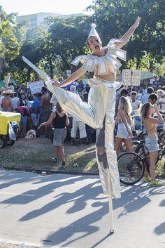 RIOetc - A alma encantadora das ruas.    look: fantasia de palhaço na perna de pau Diy Carnaval, Look, Princess Zelda, Cosplay, Fictional Characters, The Streets, Diy Home, Freedom, Joy