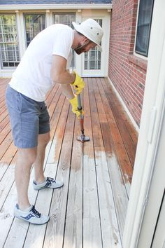 This tutorial of how to properly stain a wood deck diy project inspires homesteaders to build your skill set while working on your home. Deck Stain Colors, Deck Colors, Laying Decking, Cool Deck, Easy Deck, New Deck, Deck Decorating, Deck Plans, Pergola Plans
