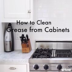 Clean those smudgey, greasy kitchen cabinets with this easy DIY homemade cabinet cleaner. This homemade kitchen cabinet cleaner will leave your cabinets sparkling clean. It is recommended that you clean kitchen cabinets every three months. Deep Cleaning Tips, House Cleaning Tips, Diy Cleaning Products, Kitchen Cleaning, How To Clean Kitchen Cabinets, Cleaning With Vinegar, Spring Cleaning Tips, Oven Cleaning Hacks, Household Cleaning Tips