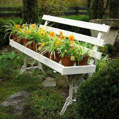 Gartengestaltung: Leichte und Märchenhafte  Deko Ideen im Garten - deko ideen bank alt weiss blumen kletterpflanzen