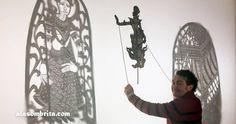 El Sbek Thom es un teatro de sombras tradicional camboyano considerado Patrimonio de la Humanidad. Se realiza desde hace siglos como un ritual sagrado en el que se representan pasajes del Reamker con marionetas no articuladas de cuero calado. Con ellas se realizan unos precisos pasos de baile acompañados de música y narración. Ideas Creativas, Shadow Play, Cambodia, Traditional, Dancing, Leather, Creativity, Artists