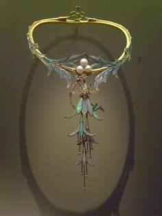 Colar fúcsia desenhado por Alphonse Mucha e feito pelo joalheiro Gorges Fouquet…