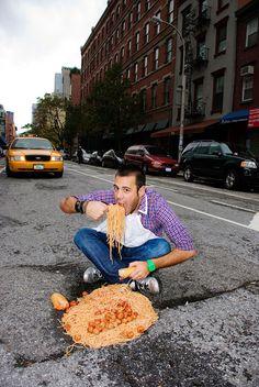 Se não arrumar o buraco na rua, o casal de fotógrafos Claudia Ficca e Davide Luciano terá trabalho a fazer!