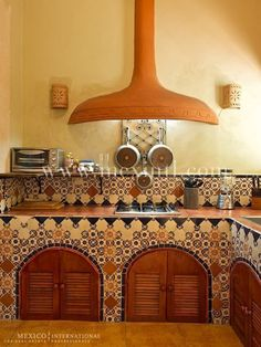 Spanish style – Mediterranean Home Decor Hacienda Kitchen, Mexican Kitchen Decor, Mexican Home Decor, Rustic Kitchen, Mexican Style Homes, Mexican Style Kitchens, Spanish Style Homes, Spanish Home Decor, Spanish Kitchen
