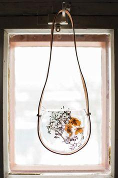 Amppeleissa kukka- ja oksa-asetelmat elävät muuttuvan valon ja varjon leikissä.  Postaus Piantare-blogissa! Floristi: Mari Ruohonen, stailaus: Minna Lilja, valokuvat: Johanna Levomäki Wreaths, Home Decor, Decoration Home, Door Wreaths, Room Decor, Deco Mesh Wreaths, Home Interior Design, Floral Arrangements, Garlands
