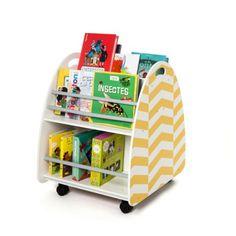 """Avec cette bibliothèque, l'enfant accède tout seul à l'album qu'il veut regarder. Une fois la lecture terminée, il le remet en place lui-même. Cette autonomie l'incite à """"lire"""" davantage. Grâce aux roulettes, l'enfant peut facilement déplacer la bibliothèque d'une pièce à l'autre s'il le souhaite."""