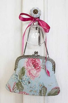 lovely vintage bag I would hang it on my bedroom door knob. My bedroom is shabby… Vintage Purses, Vintage Bags, Vintage Handbags, Vintage Outfits, Vintage Floral, Vintage Clutch, Beaded Purses, Beaded Bags, Design Bleu