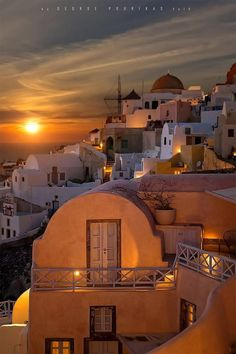 Greece Travel Inspiration - Sunset in Oia, Santorini, Greece Santorini Sunset, Santorini Island, Santorini Greece, Santorini Holidays, Vacation Destinations, Dream Vacations, Vacation Spots, Beautiful Places In The World, Places Around The World