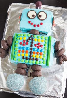 Planning a robot birthday party or robot baby shower? Here are lots of fun robot cake ideas for your big event. Birthday Fun, 1st Birthday Parties, Boys Birthday Cakes Easy, Birthday Ideas, Robot Cake, Robot Cupcakes, Cakes For Boys, Cute Cakes, Party Cakes