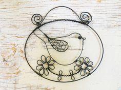 Ptáček na květince Ptáček je vyroben z černého žíhaného drátu. Délka celé dekorace je11,5 a výška cca 11 cm. Ptáčeka lze zavěsit kamkoliv... Ptáček je ošetřen proti korozi, ale ve vyšší vlhkostí může chytit patinu rzi. Cena za kus.