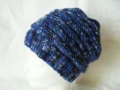 Homeleska - modrý melír  Ručně pletená čepice ze středně silné příze,melír - odstíny modré.Vzor dělá čepici hodně pružnou.Velikost na obvod hlavy asi 55cm,délka i s pružným lemem v nenapnutém stavu je 23cm.V pohodě pod čepici dáte i delší vlasy. Prát doporučuji raději ručně přípravkem pro jemné tkaniny při teplotě do 40°C.