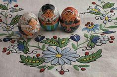 Pysanky own design  this are three traditional costumes of the sorbians Sorbische Trachten in Wachsreservetechnik #sorbisch #pysanky #pisanki #eastregg