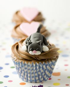 little gray cat with a pink nose topping this cupcake - Cat and Dog Cupcakes- kids birthdays! Fondant Cupcakes, Dog Cupcakes, Sweet Cupcakes, Cupcake Cookies, Cake Pops, Tolle Cupcakes, Beautiful Cupcakes, Fondant Figures, Cake Decorating Tips