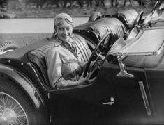 Doreen Evans alla 24 Ore di Le Mans, nel 1935 La pilota Doreen Evans alla 24 Ore di Le Mans, un'importante gara automobilistica che si svolge ogni anno in Francia, fotografata il 23 marzo del 1935. Evans faceva parte della squadra britannica composta esclusivamente da donne che partecipò per prima a una gara automobilistica. (Fox Photos/Getty Images)