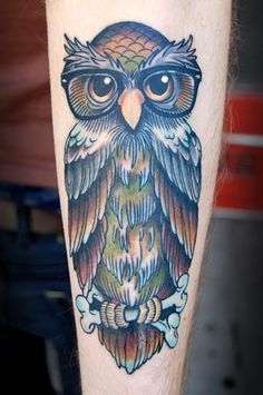 Considering an owl tattoo? This article delves into the design, meaning, and symbolism of the owl tattoo with many pictures of tattoo designs. Owl Forearm Tattoo, Tatoo Henna, Forearm Tattoo Design, Tatoo Art, Body Art Tattoos, Hand Tattoos, Owl Tattoo Design, Best Tattoo Designs, Traditional Owl Tattoos