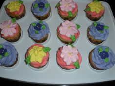 I made violets, daffodils and primroses. Too many to use on my cake, so I put them on cupcakes. Primroses, Wilton Cakes, Violets, Daffodils, Cupcakes, Desserts, Food, Tailgate Desserts, Deserts