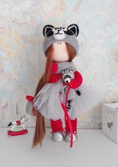 Artículos similares a Tilda doll Interior doll Handmade doll Soft doll Art doll Cloth doll Red doll Fabric doll Rag doll Baby en Etsy Red Dolls, Pink Doll, Wool Dolls, Fabric Dolls, Crochet Dolls, Cute Crochet, Doll Toys, Baby Dolls, Doll Display