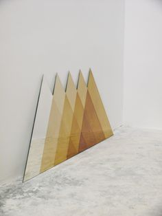 Répétition de triangles du plus petit au plus grand et qui forme un tout.