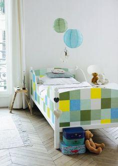 Un lit décoré de carrés colorés / Painted colored square on a bed, yellow, blue, green, Brazil