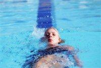 Progresser en natation - Bienfaits de la natation et comment s'y mettre - Si vous ne nagez que la brasse, vous risquez d'abord d' « user » votre dos, ensuite de ne pas progresser, enfin de vous ennuyer. Il est en effet intéressant d'apprendre plusieurs...