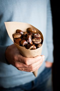 roasted chestnuts (in france winter street food ) Roasted Chestnuts, Chocolate Caliente, Food Styling, Healthy Snacks, Eat Healthy, Food Photography, Good Food, Sweet Home, Food And Drink
