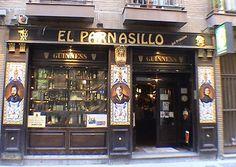 A veces son las pequeñas cosas las que hacen que un lugar se convierta para nosotros en especial. Madrid puede ser famosa por sus museos, sus calles y plazas suntuosas, su arte, sus palacios. Pero, ¿os habéis fijado alguna vez en los azulejos que decoran sus bares y restaurantes?. Yo no me di cuenta hasta que una vez recorrí Madrid con un amigo de la ciudad, quien me comentó que era una de las tradiciones más características de la ciudad, y una gran manera de entender la enorme cultura de la…