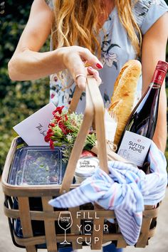 Giving a homemade dinner basket, filled with Sutter Home Sweet Red and other goodies, is like giving a big hug to someone. Wine Tasting Outfit, Wine Tasting Party, Wine Glass Sayings, Wine Quotes, Wine Rack Wall, Wine Wall, Wine Bottle Art, Wine Bottle Crafts, Wine Slushie Recipe