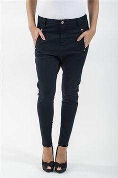 En myk Emmabukse av bomull. Løs modell øverst, strammere nedover. Lommer foran, pyntelommer bak. Kommer i fargene Navy, Vinrød og Grå. 97% Bomull, 3% Spandex. Kan vaskes på 30 grader. Husk å vrenge buksen når du vasker den. Black Jeans, Pants, Fashion, Trouser Pants, Moda, La Mode, Women's Pants, Fasion, Women Pants