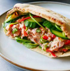 SPICY TUNFISKSALAT - Bakekona Salmon Burgers, Spicy, Sandwiches, Ethnic Recipes, Food, Cilantro, Red Peppers, Salmon Patties, Eten