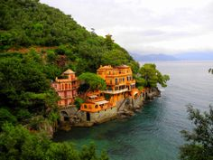 Picture postcard perfect, that's what you get when you visit Portofino. To be honest sometimes you feel it can't be real. Have five minutes? Let me share this idyllic town with you.......
