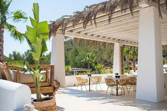 Hotel Pure House Ibiza #hotel #Ibiza #Hippie #relax #exclusivo #HotelPureHouse #piscina #terraza #mesas