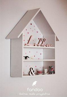 Półka w kształcie domku, wymiar: 61 wysoki, 40 cm szeroki - głeboki na 18 cm. Malowany na biało lub surowy. Mieści ulubione książeczki, lale i gumowego dinozaura :) Jej bardziej stonowana wersja...