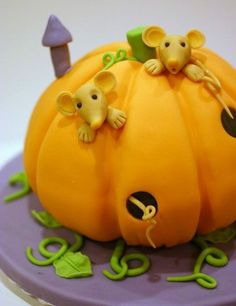 Fondant pumpkin cake with mice and vines