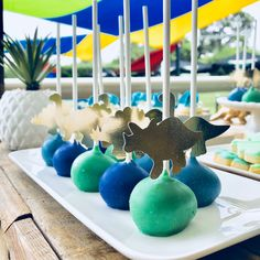 How amazing do these little dinosaur 🦕 cake pops look!? Gorgeous styling and 📷 by @love_that_lolly_bar 💙💚💙 #lovethatlollybar #dinosaur…