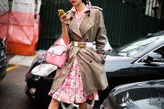Tendencia: vestido corto floreado! y queda perfecto para esta media estación con este trench y cinturon metálico.