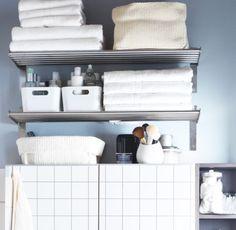 GRUNDTAL Wandregale aus Edelstahl mit FRÄJEN Handtüchern und Badelaken in Weiß, VARIERA Boxen Hochglanz weiß und LIDAN Körben in Weiß bestückt
