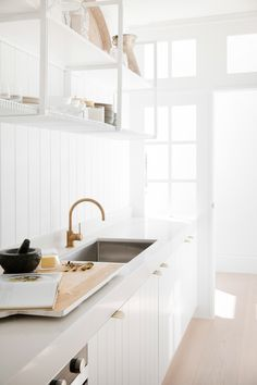 Lo & Cos Carlisle Pull / Interior design: Three Birds Renovations - March 05 2019 at Modern Kitchen Design, Interior Design Kitchen, Modern Interior Design, Interior Decorating, Three Birds Renovations, Home Modern, Cocinas Kitchen, House And Home Magazine, Kitchen Styling
