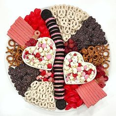 Valentine's Day Charcuterie Boards - Valentinstag Valentines Day Food, My Funny Valentine, Valentine Treats, Holiday Treats, Valentine Desserts, Party Food Platters, Food Trays, Chocolate Chip Banana Bread, Snacks Für Party