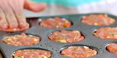 She fills a muffin pan with ground beef: her receip .- She fills a muffin pan with ground beef: her easy recipe is exquisite! Quick Recipes, Easy Healthy Recipes, Easy Dinner Recipes, Crockpot Recipes, Easy Meals, Cooking Recipes, Moussaka, Batch Cooking, Healthy Breakfast Recipes