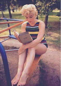 Marilyn reading outside  Buch Bücher Lesen Read Book Vergnügen Lesevergügen.    Snowing again today.