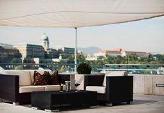 Después de un largo día de aventuras por la ciudad, descansa con un buen vino al aire fresco. Budapest Marriott Hotel en Hungría #Hungary